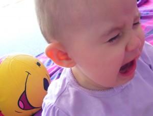 Huilen en driftbuien kunnen symptomen van oorontsteking baby zijn.